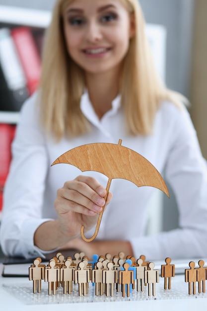 Sourire, Femme Affaires, Main, Tient, Miniature, Parapluie Photo Premium