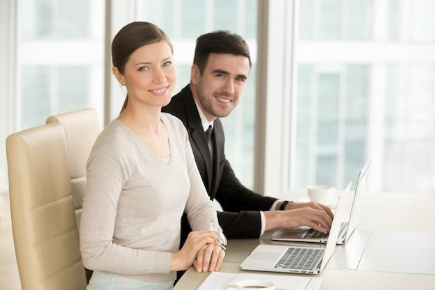 Sourire De Femme D'affaires Professionnelle Photo gratuit