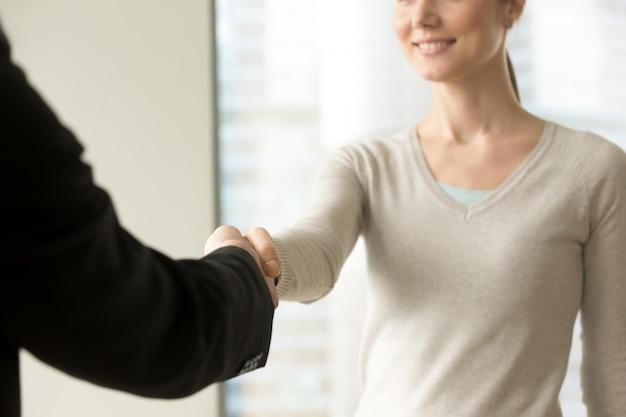 Sourire de femme d'affaires, serrant la main d'homme d'affaires au bureau Photo gratuit