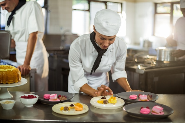 Sourire, Femme, Chef, Finition, Dessert, Assiettes Photo Premium