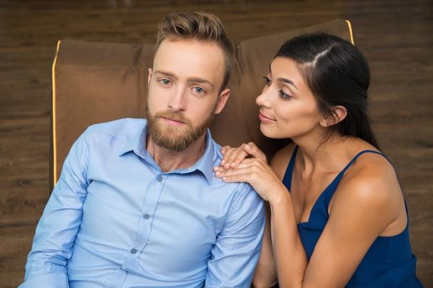 Sourire femme consolant son petit ami a souligné Photo gratuit