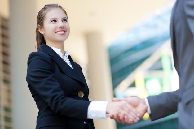 Sourire femme gestionnaire se serrant la main Photo Premium