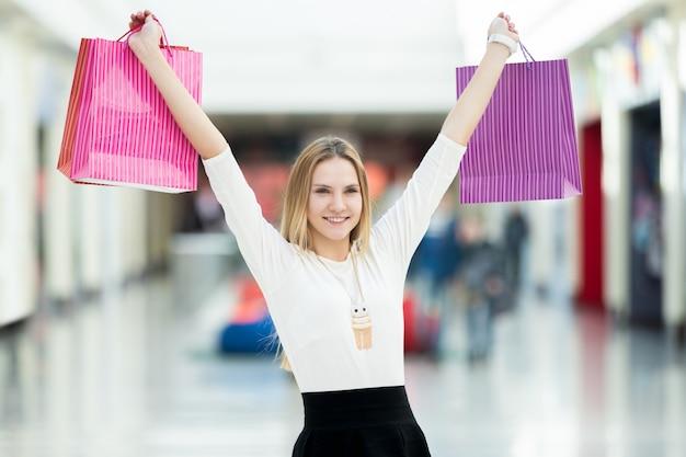 Sourire femme avec des sacs d'achat Photo gratuit