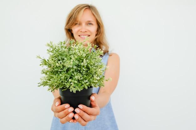 Sourire, Jeune, Belle, Femme, Donner, Potted, Plante | Photo Gratuite