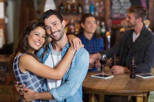 Sourire, Jeune Couple, Embrasser Photo Premium