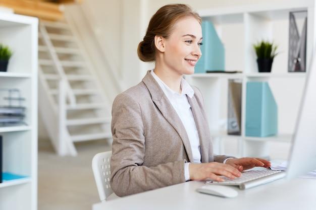 Sourire jolie entrepreneur au travail Photo gratuit