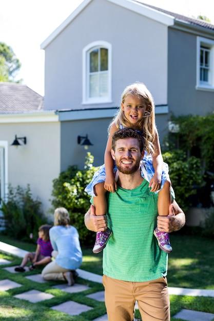 Sourire, Père, Porter, Fille, épaules, Yard Photo Premium