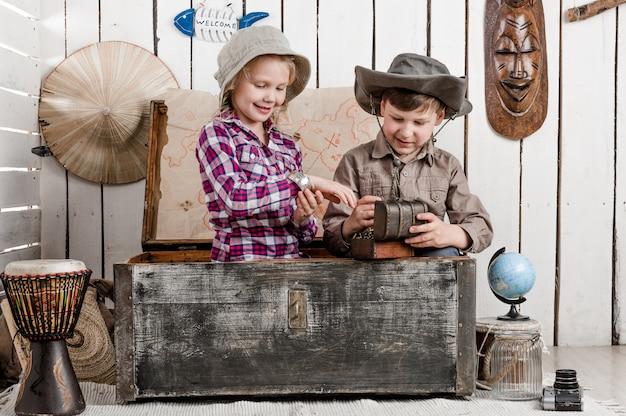 Sourire Petit Garçon Et Fille Découvre Un Trésor Photo Premium