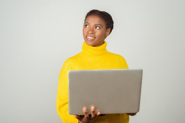 Sourire, Positif, Pc, Utilisateur, Tenue, Ordinateur Portable, Regarder, Loin Photo gratuit