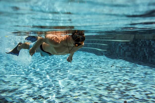 Sous la piscine Photo gratuit