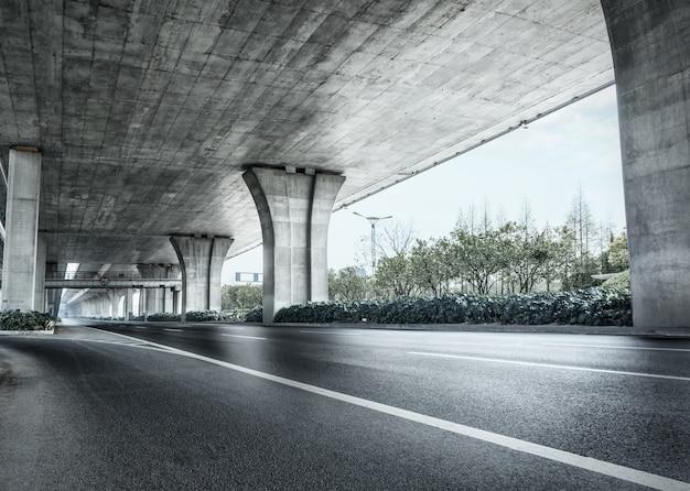 Sous Un Pont En Béton Photo gratuit
