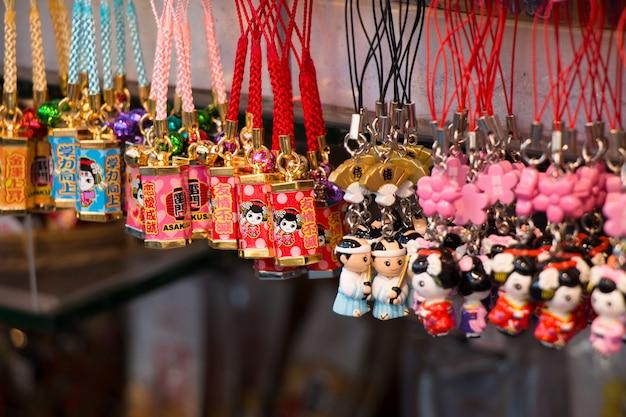 Souvenir au marché d'asakusa en face du temple, à tokyo, au japon. Photo Premium