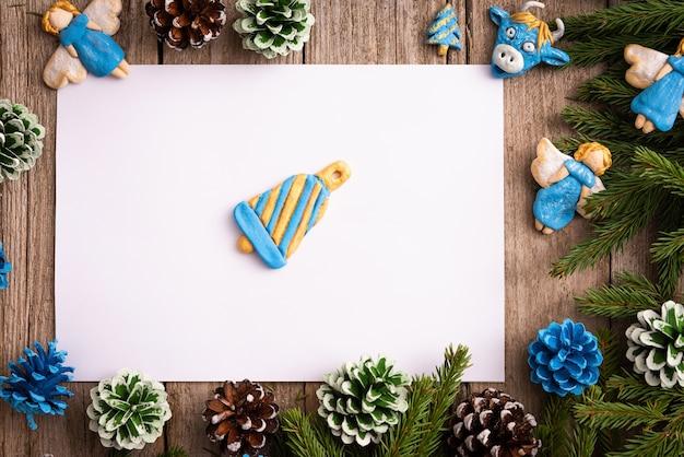 Souvenirs De Noël Sur Une Table En Bois Avec Un Bloc-notes Pour Les Notes. Photo Premium