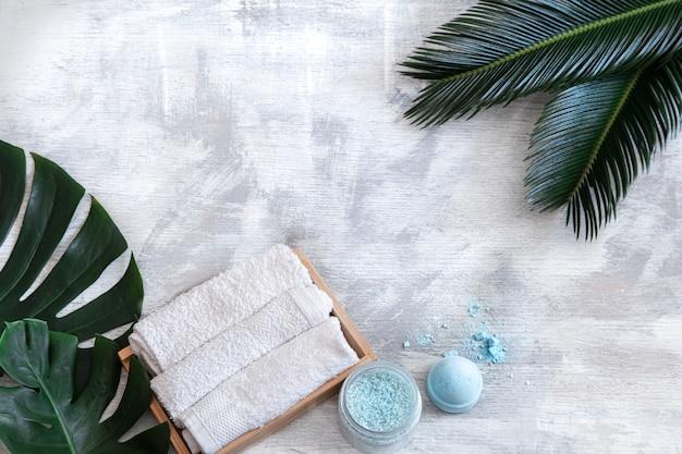 Spa. Articles De Soins Du Corps Sur Fond Blanc Avec Des Feuilles Tropicales. Accessoires D'été. Espace Pour Le Texte. Photo gratuit