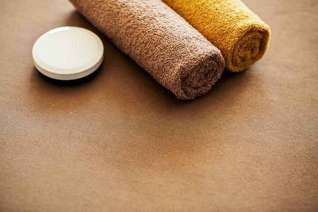 Spa au chocolat. composition de serviette brune dans une chambre d'hôtel de cure thermale Photo Premium