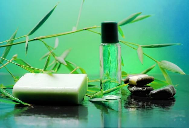 Spa en bambou sur fond vert Photo Premium