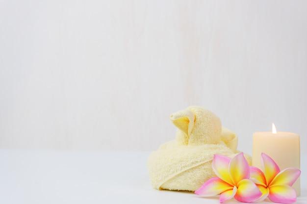 Spa bien-être mis. beauté et mode mis sur la table blanche. Photo Premium