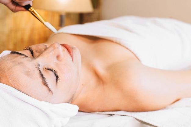 Spa Et Concept De Massage Avec Une Femme Détendue Photo gratuit