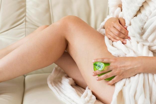 Spa à La Maison Femme à L'aide D'une Brosse éponge Pour Massage Photo gratuit