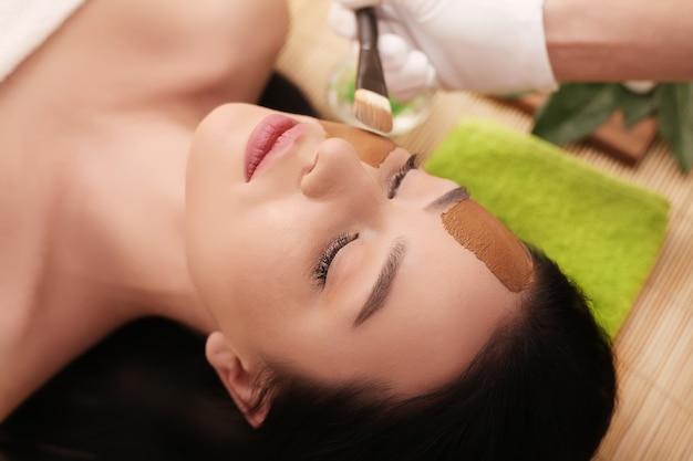 Spa Thérapeutique Pour Jeune Femme Ayant Un Masque Cosmétique Au Salon De Beauté Photo Premium