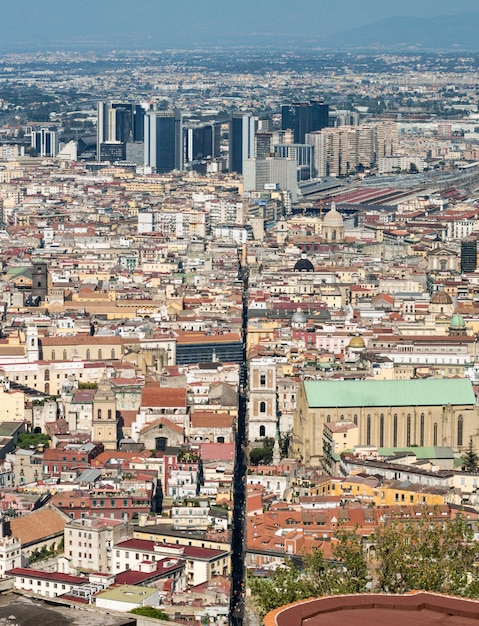 Spaccanapoli, naples, italie. vue de la rue spaccanapoli divisant le centre-ville Photo Premium