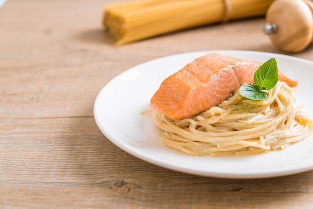 Spaghetti au fromage à la crème sauce blanche au saumon Photo Premium
