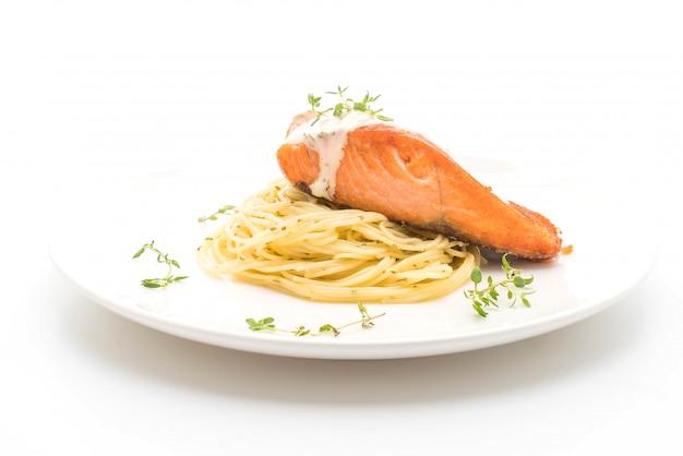 Spaghetti au saumon frit Photo Premium