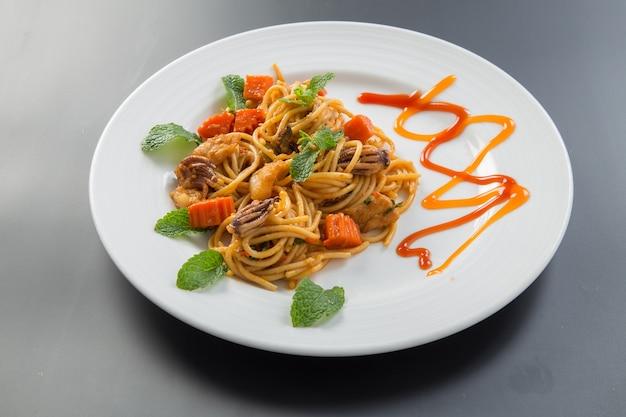 Spaghetti aux calmars Photo Premium