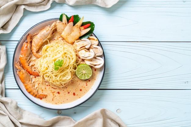 Spaghetti Aux Crevettes épicées (tom Yum Goong) Photo Premium