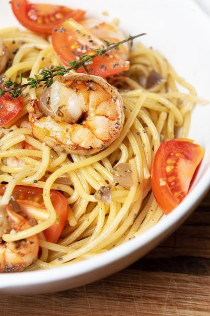 Spaghetti Aux Crevettes Frites Et Tomates Fraîches. Photo gratuit