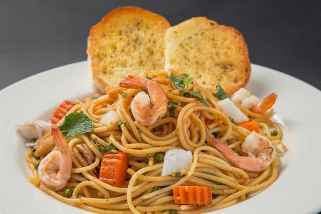 Spaghetti aux crevettes Photo Premium