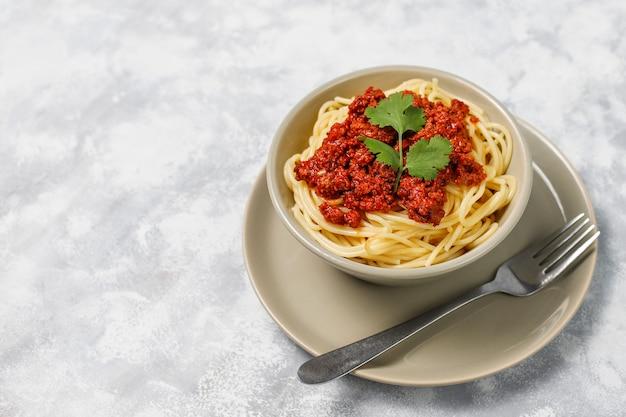 Spaghetti à la bolognaise sur béton gris Photo gratuit