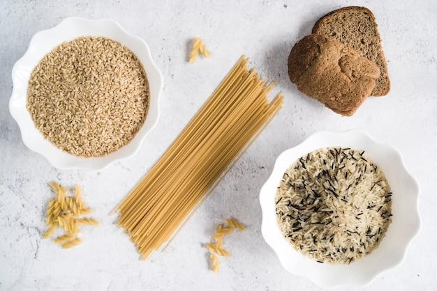Spaghetti et bols avec différentes sortes de riz Photo gratuit