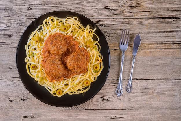 Spaghetti et boulettes de viande à la sauce tomate. vue de dessus Photo Premium