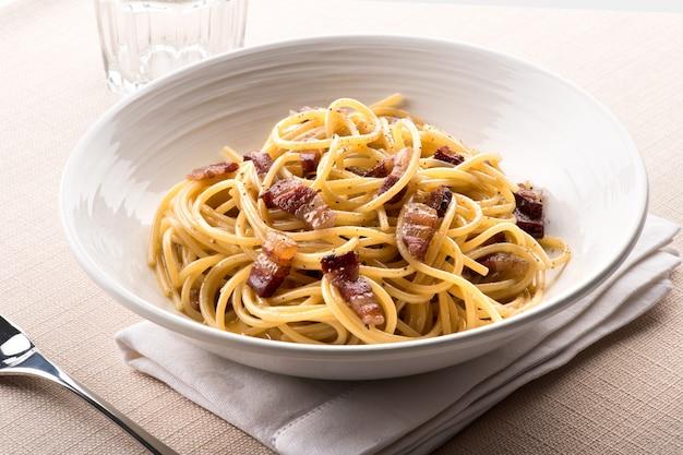 Spaghetti à la carbanara de latium, italie Photo Premium