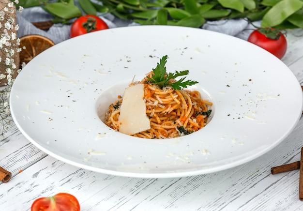 Spaghetti Crémeux De Carottes à La Tomate, Garni De Persil Et De Parmesan Photo gratuit