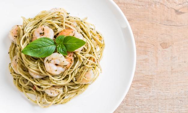 Spaghetti de pâtes au pesto vert et aux crevettes Photo Premium