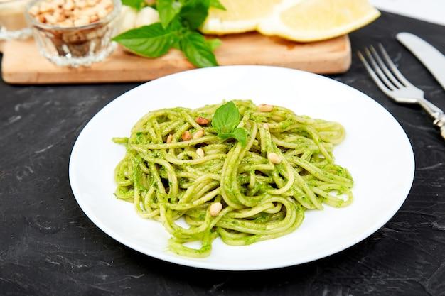 Spaghetti de pâtes italiennes avec pesto maison au basilic Photo Premium