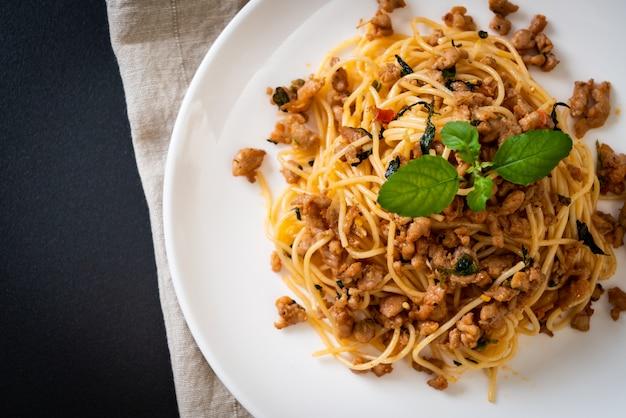 Spaghetti sautés au porc émincé et au basilic Photo Premium