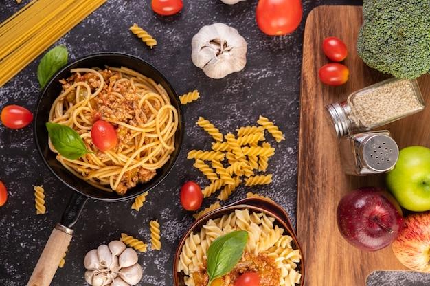 Spaghetti Sautés Dans Une Poêle Avec Tomates Et Basilic Photo gratuit