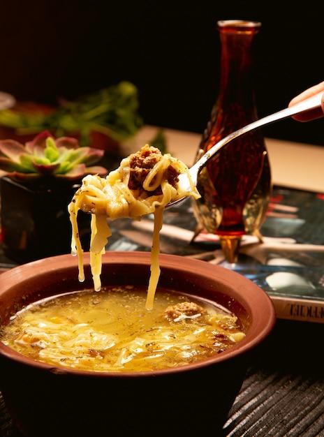 Spaghetti, soupe de nouilles aux boulettes de viande dans un bol en poterie. Photo gratuit