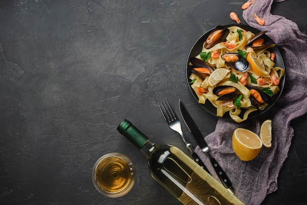 Spaghetti vongole, pâtes de fruits de mer italiens aux palourdes et moules Photo Premium