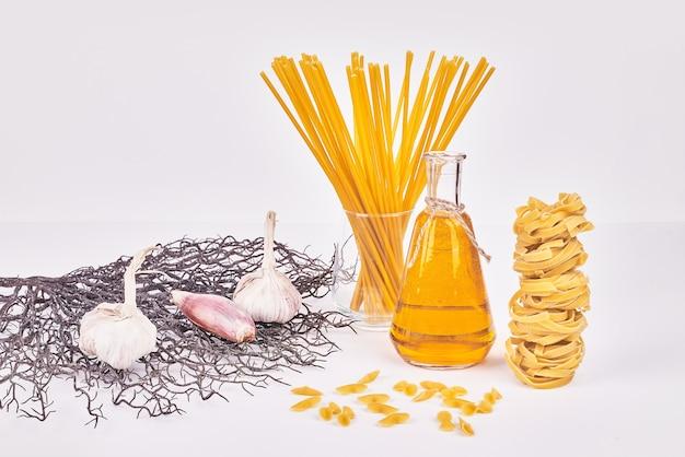 Spaghetties Sur Une Surface Blanche Avec Des Ingrédients. Photo gratuit