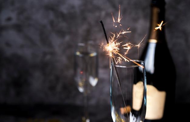Sparkler Brûlant Dans Un Verre à Vin Transparent Photo gratuit