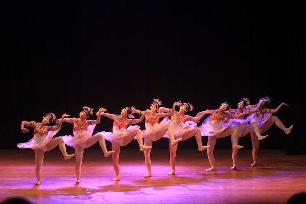 Spectacle de danse de ballet en collaboration avec danse traditionnelle au masque Photo Premium