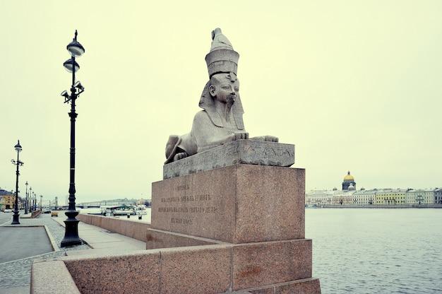 Sphinx de granit sur le quai de la neva Photo Premium