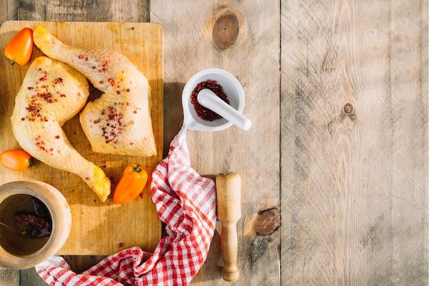 Spicies et poulet sur une table en bois Photo gratuit