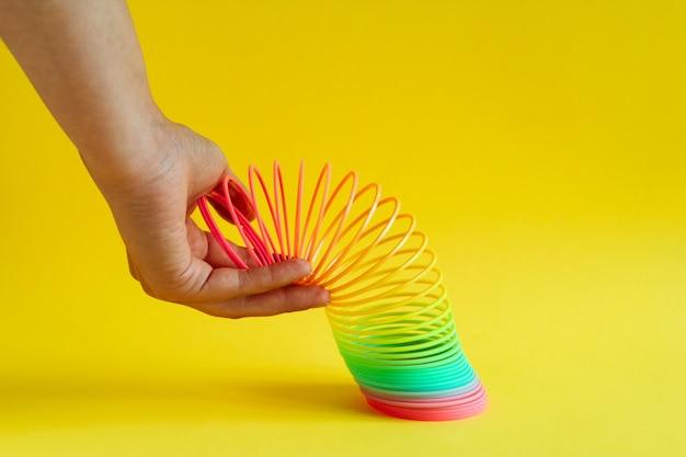Spirale arc-en-ciel en plastique tendue Photo Premium