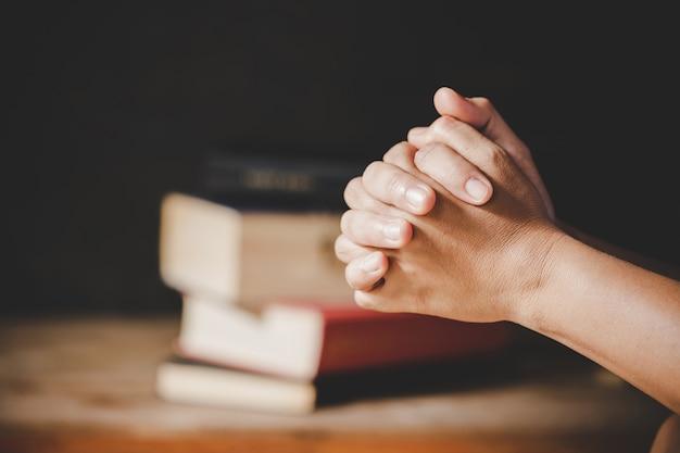 Spiritualité et religion, mains jointes en prière sur une sainte bible dans le concept de l'église pour la foi. Photo gratuit