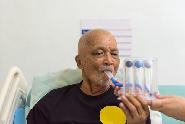 Spiromètre d'incitation à l'usage des patients à l'hôpital Photo Premium